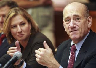 Tzipi Livni e Ehud Olmert all'odierna riunione di gabinetto (Reuters)