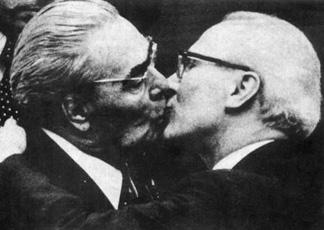 Uno dei famosi baci tra Leonid Breznev ed Erich Honecker