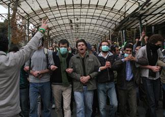 Iran: polizia attacca migliaia di oppositori al regime