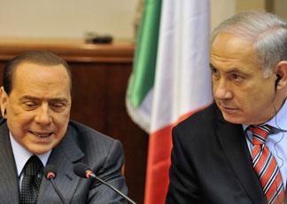 Silvio Berlusconi e il premier israeliano Benjamin Netanyahu (AP Photo/Yin Bogu, Pool)
