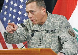 Duello all'ombra tra Obama e Israele. Nella foto il generale David  Petraeus