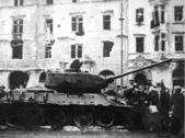 1 novembre 1956: cittadini di Budapest circondano un carro armato sovietico (Ansa)
