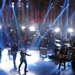 A Sanremo il circo dei duetti, Ligabue arriva «urlando contro il cielo»
