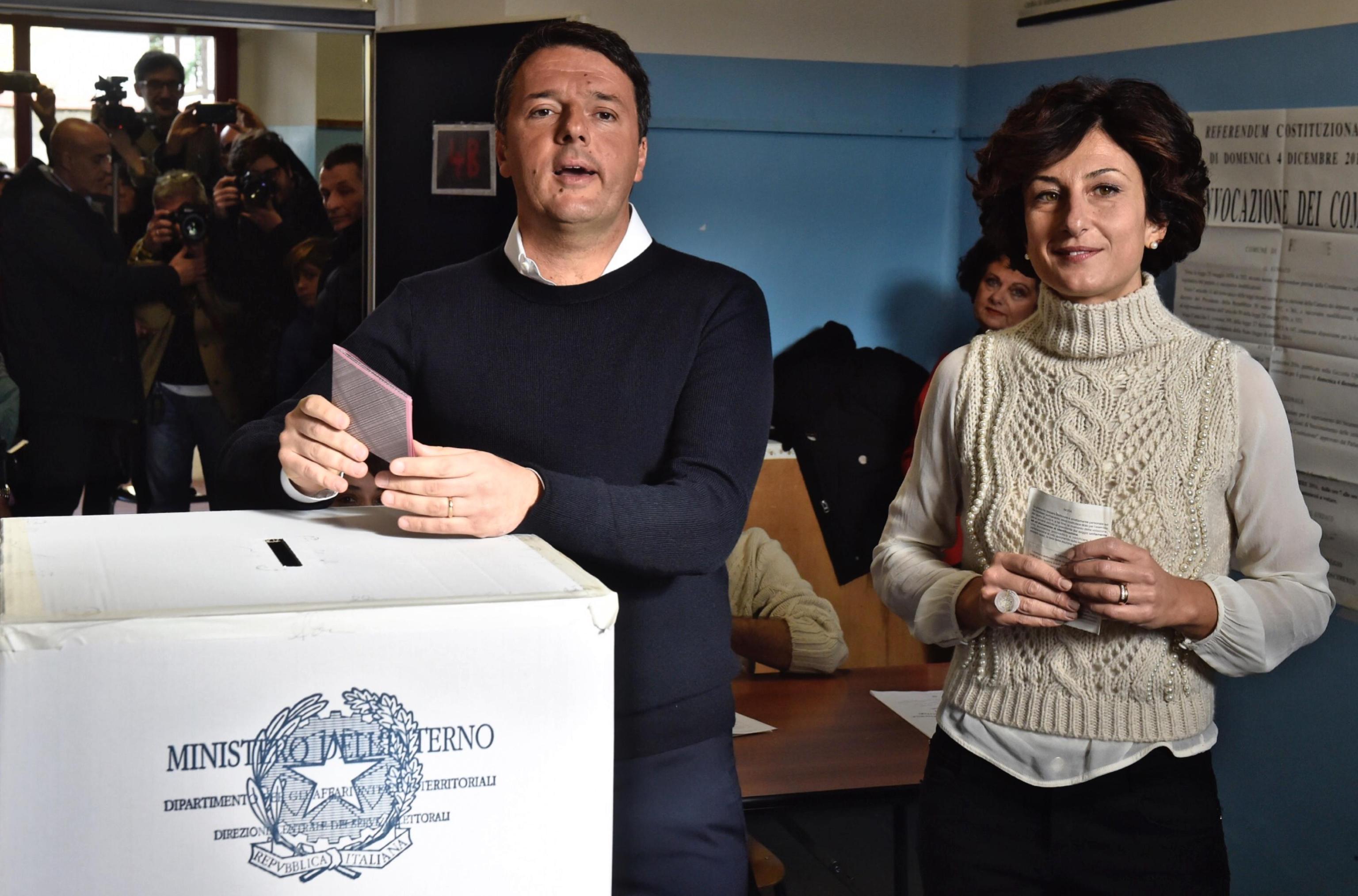 Il premier Renzi con la moglie Agnese al seggio di Pontassieve