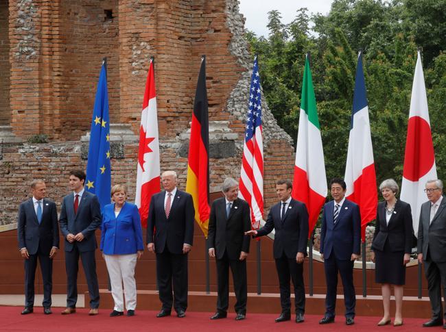 Il primo G7 di Trump: infrange orari e 'bon ton' diplomatico