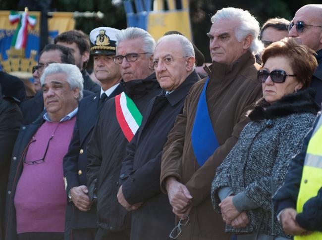 Salerno, si celebrano i funerali delle 26 migranti