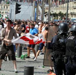 Viaggio nell'hooliganismo militare che spaventa l'Europa alla vigilia dei mondiali
