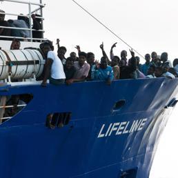 Migranti, Macron: sanzioni a chi non accoglie rifugiati. Salvini e Di Maio contro la Francia
