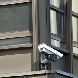 Telecamera puntata sulla vicina in lite: è reato di molestie