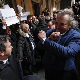 Giarrusso come Mourinho, breve storia del «gesto delle manette»