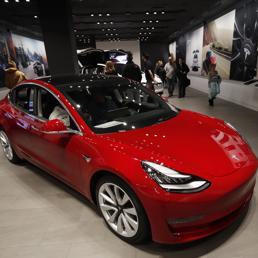Tesla lancia la versione da 35mila dollari della Model 3 e chiude i negozi. Titolo in calo a Wall Street