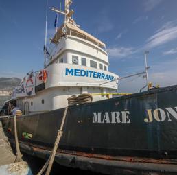 """Migranti, «controlli di polizia» della Gdf sulla  """"Mare Jonio"""" giunta in acque italiane"""