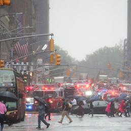 New York, elicottero si schianta contro un grattacielo. Morto il pilota