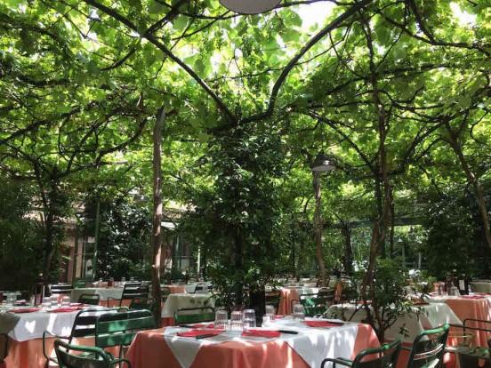 Tra pergole e giardini la voglia milanese di mangiar nel for Arredi per esterni milano
