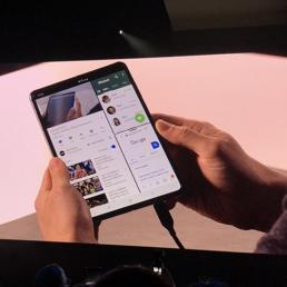 Samsung  Galaxy Fold: il telefonino pieghevole  in vendita da maggio a 2mila euro